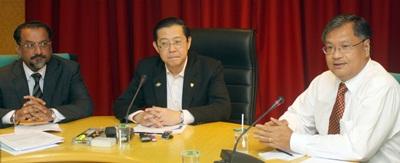 林冠英(中)要求中央政府豁免免全馬的高樓建築物消費稅制,由佳日星(左)及陳福星陪同。
